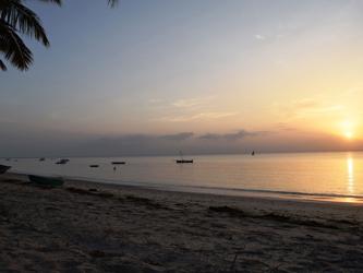 Lever de soleil sur la plage de Pangani