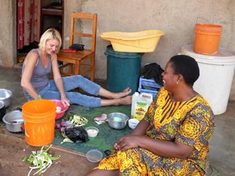 Cuisson de chapatis pour aller avec le ragoût de banane vertes